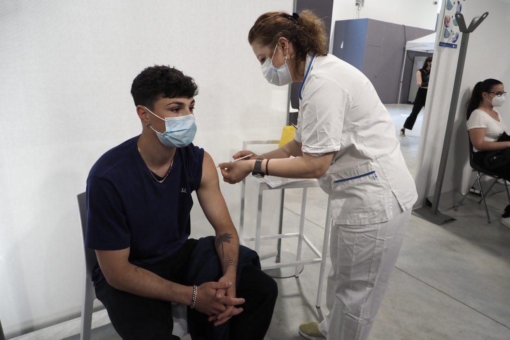 Un jeune vacciné à Bologne le 2 juin 2021 @BelgaImage